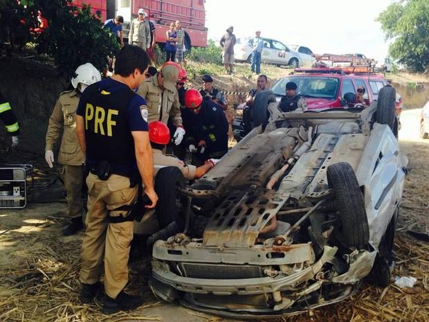 Veículo capotou na Ladeira do Varrela, próximo a Boca da Mata. (Foto: Natália Souza/G1)