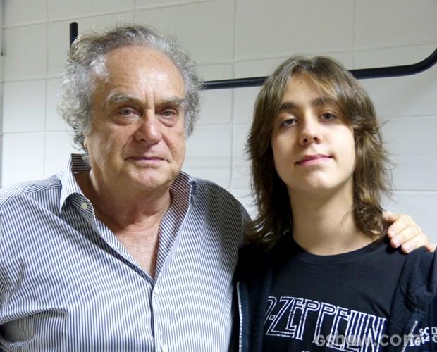 Arnaldo Jabor posa nos bastidores com o filho João Pedro (Foto: Na Moral / TV Globo)