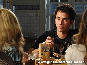 Ben desvia o olhar de Sofia no jantar (Foto: Malhação / TV Globo)