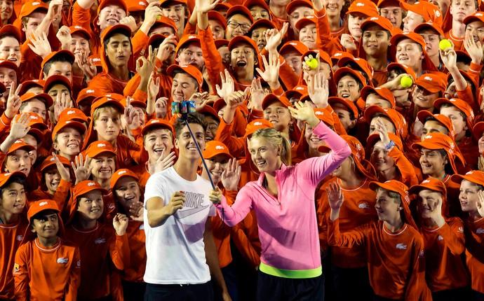Sharapova e Thanasi Kokkinakis com boleiros Aberto da Austrália (Foto: Ben Solomon/Tennis Australia)