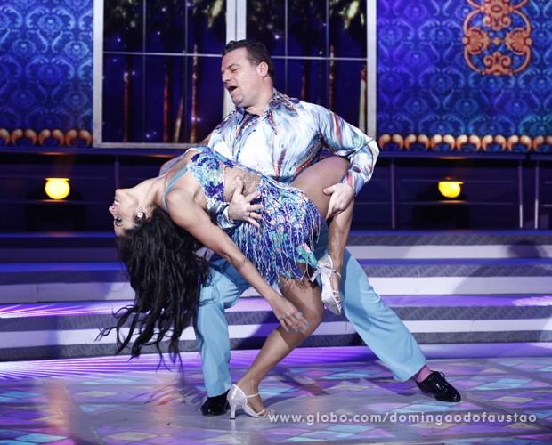 Adriano Garib e Aline Riscado - salsa - Dança dos Famosos (Foto: Domingão do Faustão / TV Globo)
