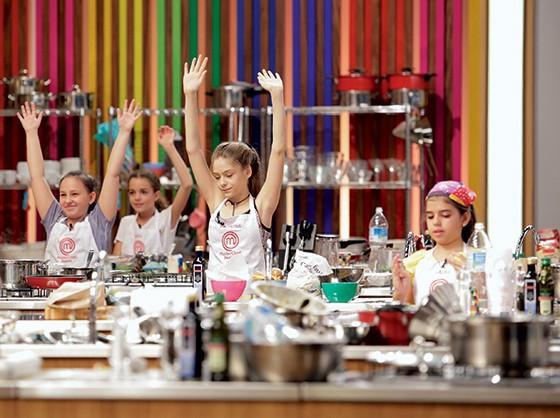 VERGONHA Valentina (no centro) em prova do programa MasterChef Júnior. Usuários do Twitter assediaram a garota de 12 anos (Foto: divulgação)