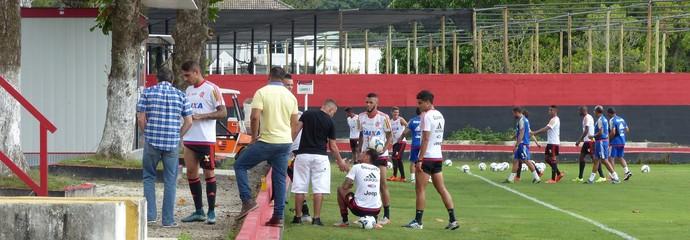 Guerrero e outros jogadores batem papo no cantinho (Foto: Fred Gomes/GloboEsporte.com)