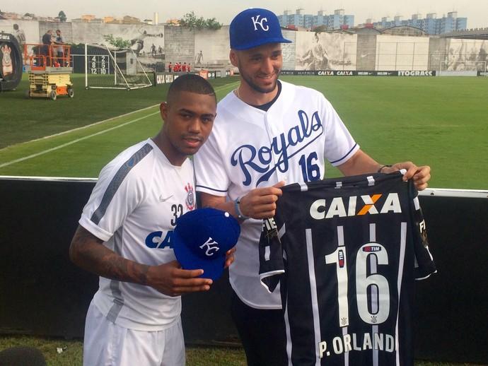 Malcom e Paulo Orlando, jogador de beisebol no Corinthians (Foto: Diego Ribeiro)