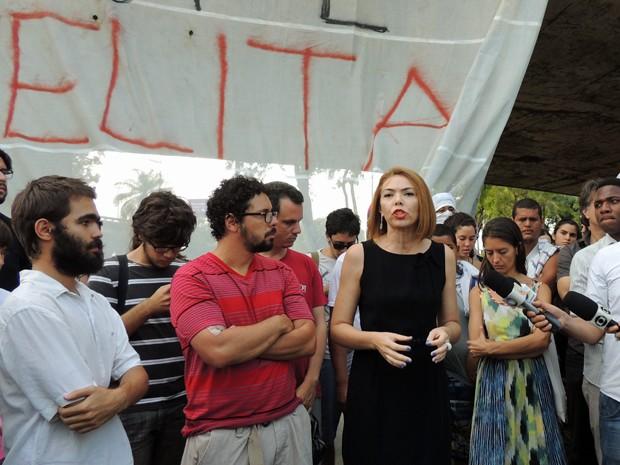 Integrantes do Ocupe Estelita concederam entrevista coletiva nesta tarde (Foto: Débora Soares/G1)