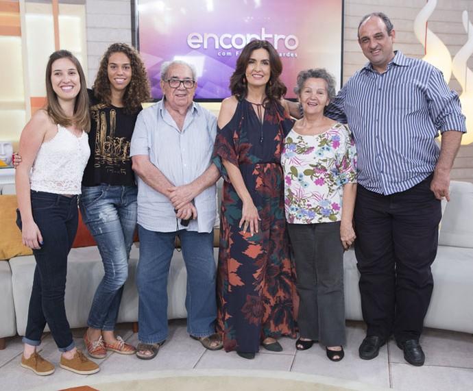A apresentadora posa com convidados depois do 'Encontro' (Foto: Fábio Rocha/Gshow)
