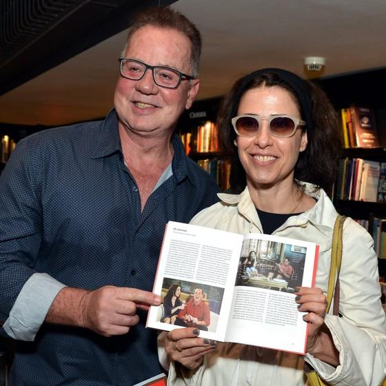 Fernanda Torres e Luiz Fernando Guimarães posam mostrando a página em que Kogut fala de Os normais (Foto: Cristina Granato)