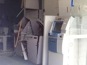 Criminosos explodiram caixas eletrônicos (Foto: Gabriel Felipe/RBS TV)