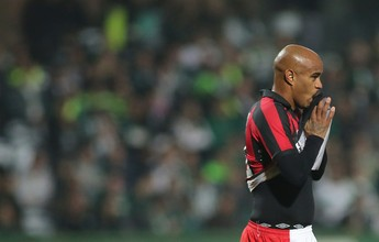 """Jogadores de Atlético-PR e Flu se """"destacam"""" e brigam por lance bizarro"""