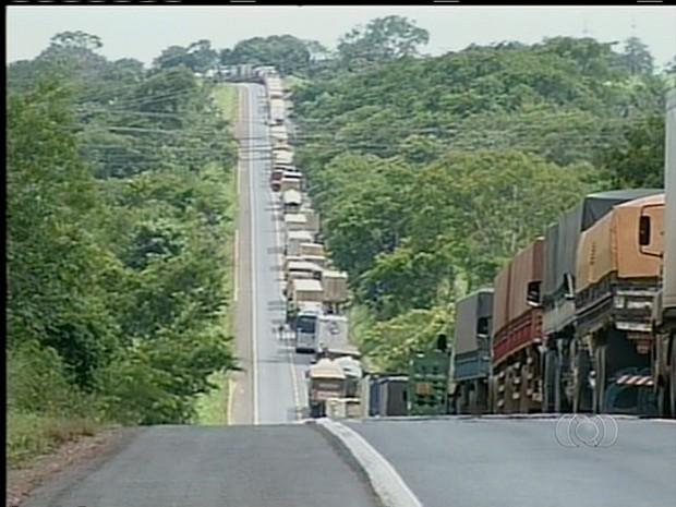 Congestionamento na BR-153 após acidente (Foto: Reprodução/TV Anhanguera)