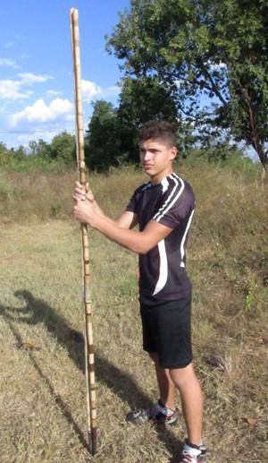 Com dardo de bambu no treino, jovem é esperança no atletismo do estado (Foto: Daniel Cunha)