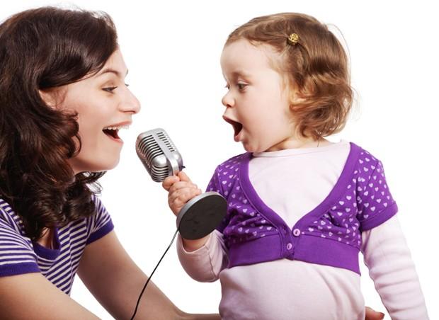 criança, cantar, microfone (Foto: Thinkstock)