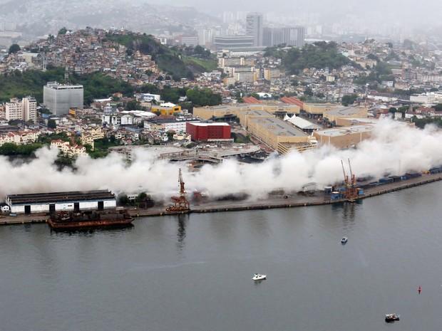 Momento da implosão, vista do alto (Foto: Beth Santos / AFP)
