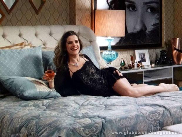 Tina se esbalda na cama de Bárbara (Foto: Sangue Bom / TV Globo)