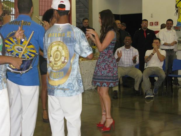 Megan Fox tentou sambar junto com uma dançarina da escola de samba (Foto: Tahiane Stochero/G1)