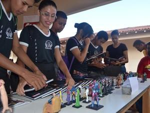 Exposição de HQ's atraiu estudantes que participam da Virada Cultural de escola pública de Roraima (Foto: Emily Costa/ G1)