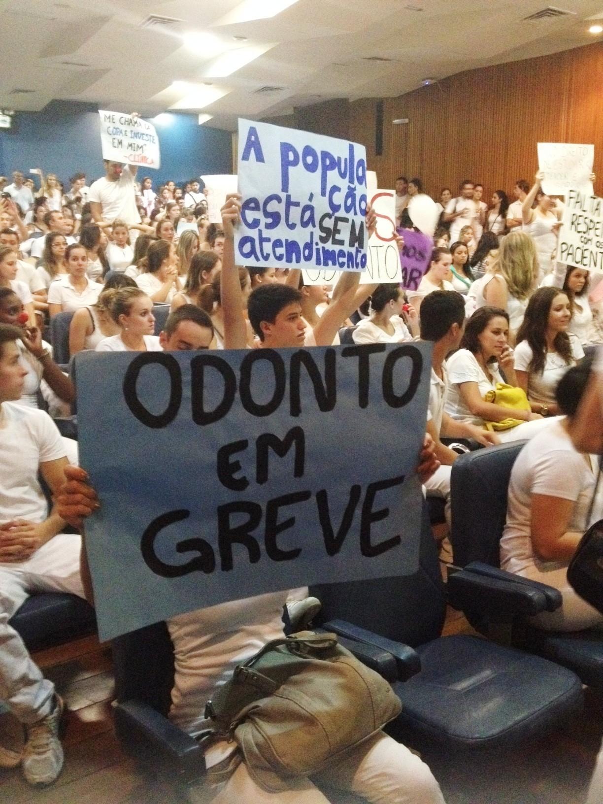 Estudantes protestaram na manhã desta segunda (31) (Foto: Renata Kerber/RBS TV)