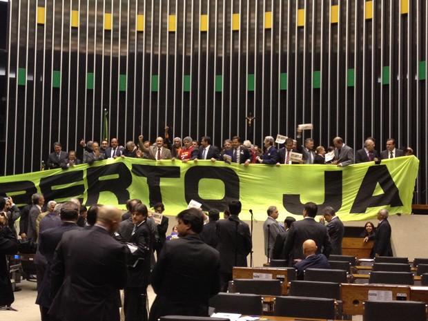 Deputados estendem faixa sobre a Mesa da Câmara para pedir aprovação da PEC do Voto Aberto (Foto: Priscilla Mendes/G1)