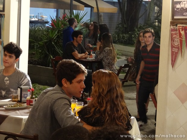 Sobrou de novo? Martin boladão ao ver a ex com um peguete (Foto: Malhação/TV Globo)