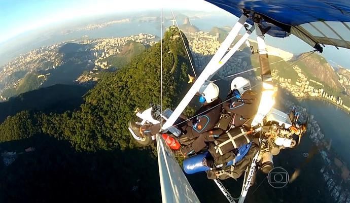 O casal alemão sobrevoando as belas paisagens do Rio de Janeiro (Foto: Reprodução TV Globo)