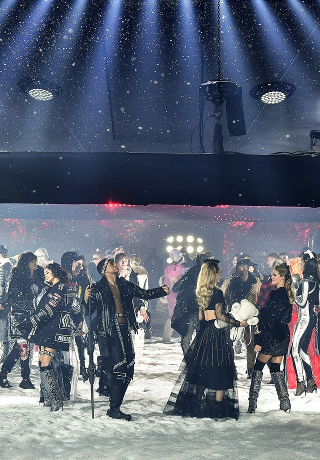 NEW YORK, NY - FEBRUARY 10:  Models walk the runway at Philipp Plein fashion show during the February 2018 New York Fashion Week: The Shows on February 10, 2018 in New York City.  (Photo by Slaven Vlasic/Getty Images) (Foto: Getty Images)