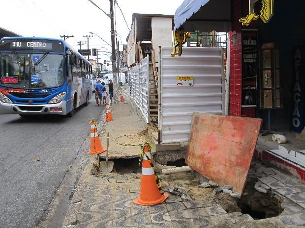 Calçada na frente de loja cedeu em São Vicente, SP (Foto: Rodrigo Martins/ G1)