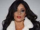 Aline Riscado posa sensual e mostra parte dos seios em campanha