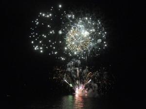 Fogos foram lançados de balsas no mar de Boa Viagem (Foto: Adriana Noya/G1)