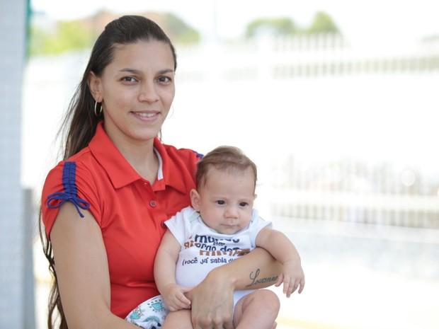ENEM 2015 - DOMINGO (25) – MACEIÓ (AL): Abby Joane levou o filho recém-nascido para o exame (Foto: Jonathan Lins/G1)
