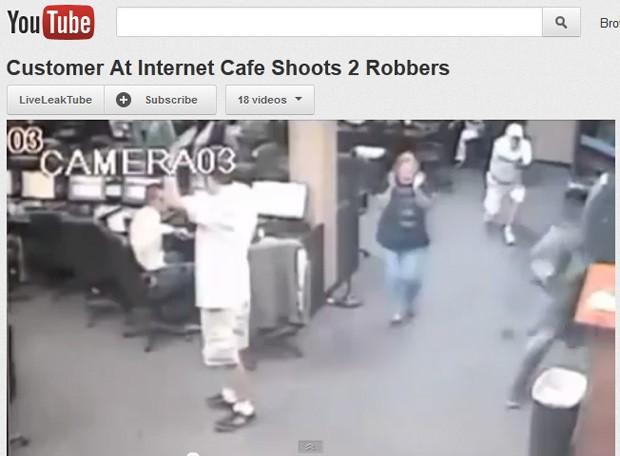 O aposentado Samuel Williams, de 71 anos, é flagrado atirando em assaltantes em cibercafé da Flórida (Foto: Reprodução)