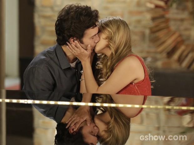 Lívia beija Laerte (Foto: Fábio Rocha / TV Globo)