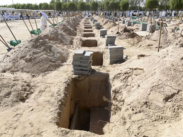 Covas para enterrar as vítimas de ataque a mesquita são preparadas em cemitério do Kuwait, neste sábado (27) (Foto: REUTERS/Jassim Mohammed)