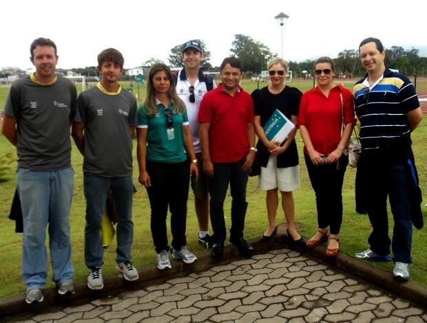 Comitivas australiana e capixaba. Secretário de esportes do ES Vandinho Leite (centro) (Foto: Divulgação/Sesport)