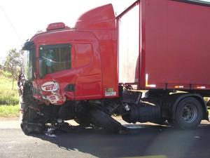 Caminhonete bateu em caminhão na BR-050, em Pires Belo, Goiás (Foto: Reprodução/ Polícia Rodoviária Federal)