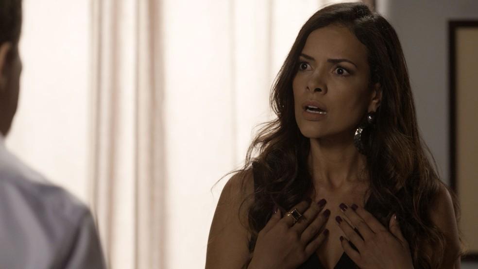 Shirley, que não tem nada a ver com a história, sofre as consequências (Foto: TV Globo)
