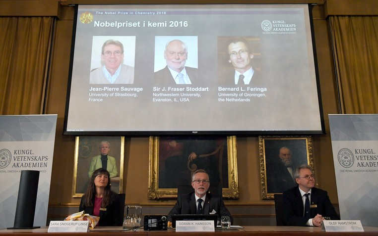 Membros da Academia Real de Ciência da Suécia apresentam os laureados com o Prêmio Nobel de Química de 2016 nesta quarta-feira (5) em Estocolmo, na Suécia  (Foto: News Agency/Henrik Montgomery/via Reuters )
