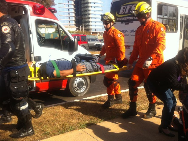Bombeiros resgatam vítimas de engavetamento em Brasília (Foto: Gabriella Julie/G1)