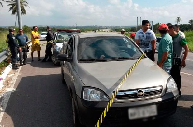 Mulher foi encontrada dentro de uma Montana, abandonada às margens da BR-101, entre Goianinha e São José de Mipibu (Foto: Marksuel Figueiredo/Inter TV Cabugi)