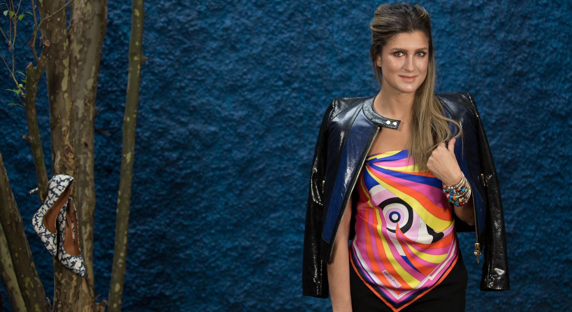 Atualize o uso do lenço de seda estampado no novo Dicas Bárbaras (Foto: Pablo Escajedo)
