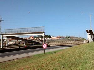 Queda de passarela em rodovia ocorreu no início desta quinta-feira, 13 (Foto: Arquivo Pessoal/Daniela Aparecida Diniz Mota)