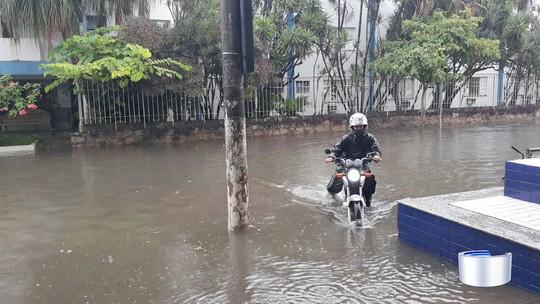 Chuvas causam alagamentos em cidades do Litoral; veja