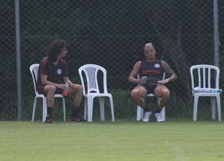 D'Alessandro e Valvídia batem papo durante treino do Inter  (Foto: Tomás Hammes)