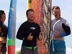 Carol Nakamura tem aula de surfe junto com Leandro Hassum
