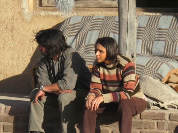 O ator uruguaio Cesar Troncoso e a gaúcha Fernanda Moro gravam cena de 'A oeste do fim do mundo', em Uspallata, na Argentina (Foto: Cauê Muraro/G1)