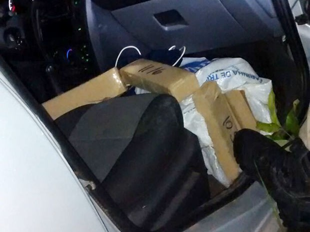A droga e o veículo foram encaminhados para a Polícia Civil de Cáceres (Foto: Assessoria/PRF-MT)