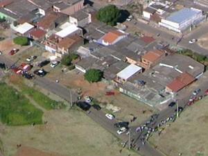 PM fechou a rua da QR 327 para que as negociações sejam feitas (Foto: Reprodução/TV Globo)
