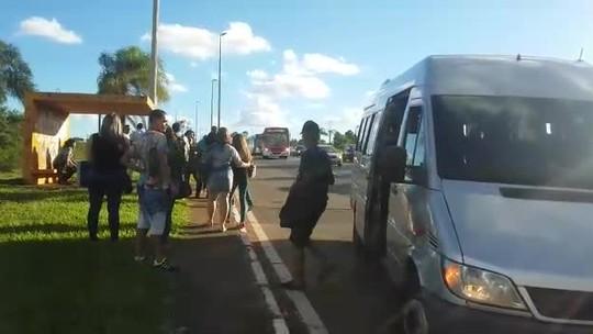 Van irregular é flagrada transportando 41 passageiros no DF; vídeo