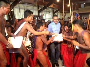Índios Waiãpi entregaram documento que elenca necessidades das aldeias do AP (Foto: Fabiana Figueiredo/G1)