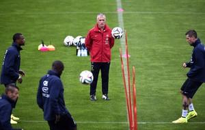 Didier Deschamps no treino da seleção da França (Foto: AFP)