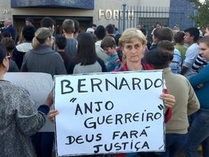 Moradores carregam cartazes pedindo justiça no caso do menino Bernardo (Foto: Estêvão Pires/G1)